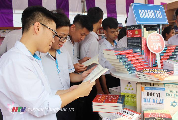 Đông đảo học sinh, sinh viên tham gia Ngày hội sách.