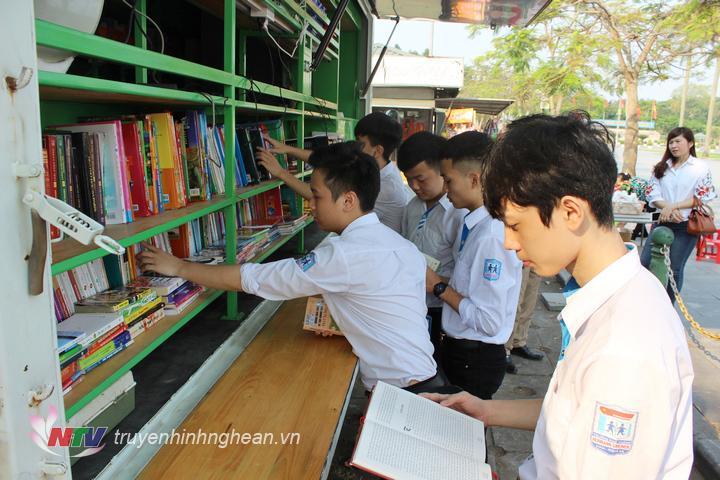 Ngoài các gian trưng bày, giới thiệu sách của các đơn vị xuấn bản, tủ sách lưu động của Thư viện tỉnh tham gia phục vụ bạn đọc trong thời gian diễn ra ngày hội sách.