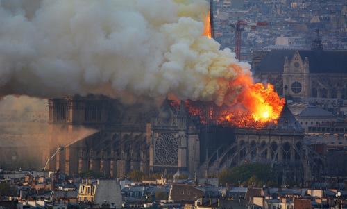 Ngọn lửa dữ dội tại Nhà thờ Đức Bà Paris hôm 15/4.