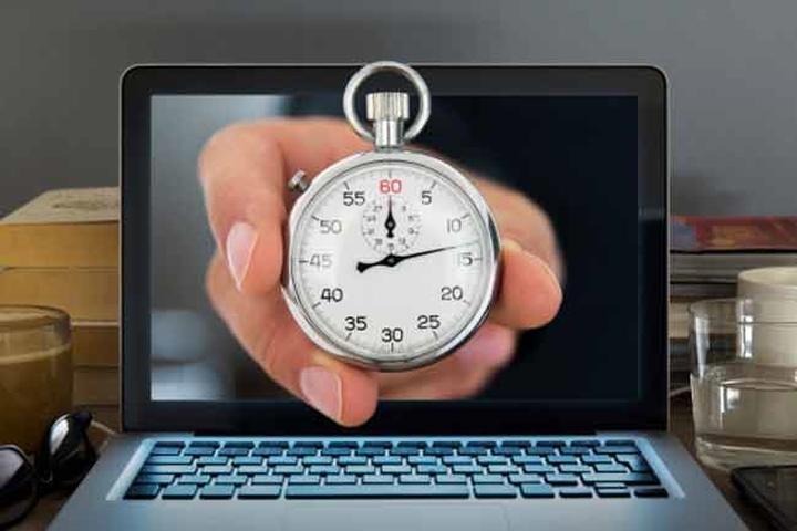 Đặt chuông báo hiệu: Thay vì ngồi ở bàn làm việc suốt 8 giờ đồng hồ, hãy đặt chuông báo cho mỗi tiếng. Khi kết thúc một tiếng đồng hồ, hãy đứng dậy và vận động khoảng 1 đến 2 phút. Việc này sẽ giúp bạn thấy thoải mái hơn vào cuối ngày.
