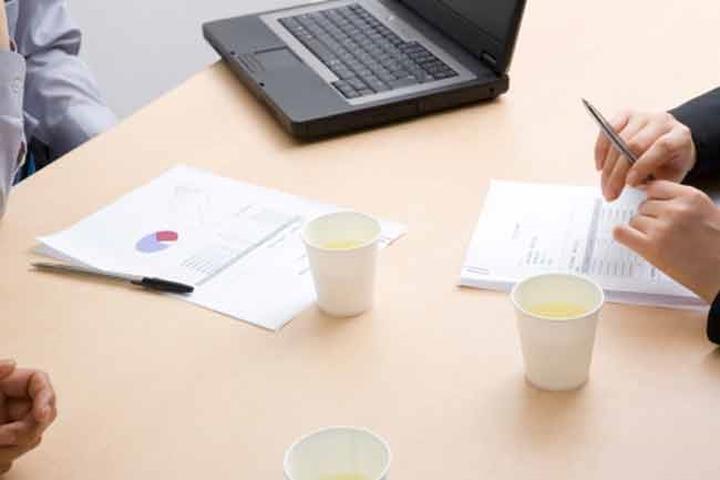 Uống trà xanh: Trà xanh giúp tăng cảm hứng, cải thiện sức tập trung và trí nhớ ngắn hạn, đồng thời giảm mệt mỏi. Uống vài tách trà trong ngày là một cách tốt để cấp ẩm cho cơ thể. Bên cạnh đó, trà xanh còn giúp bảo vệ tế bào khỏi những tổn thương do gốc tự do gây ung thư.