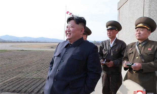 Nhà lãnh đạo Triều Tiên thị sát một vụ thử vũ khí.