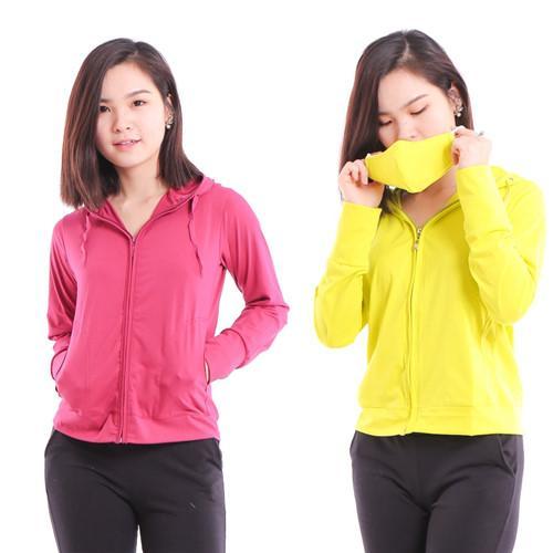 Khi chọn mua áo chống nắng, bạn nên chọn những áo chống nắng có vải dày bởi các sợi vải dệt càng dày, càng khít nhau thì khả năng bao phủ và ngăn cản tia UV lại càng tốt.