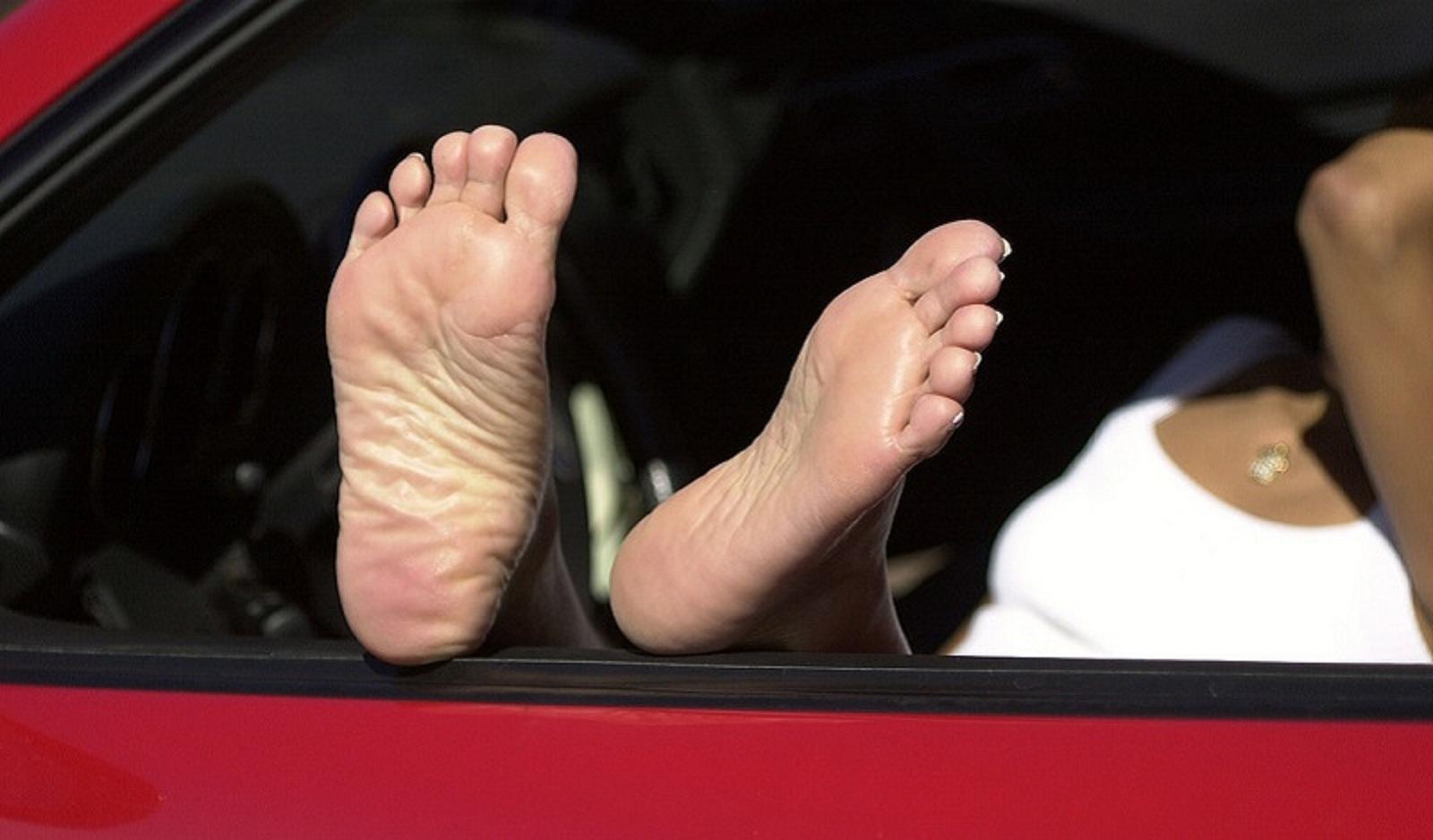 Lái xe bằng chân trần.