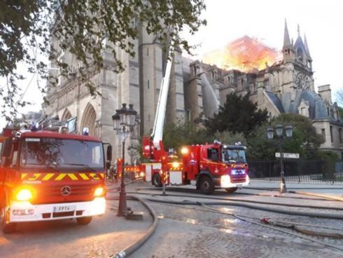 Xe cứu hỏa được điều tới dập tắt ngọn lửa.