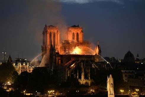 Toàn bộ phần mái của nhà thờ đã bị sụp đổ.