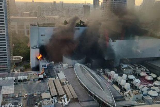 Đám cháy lớn khiến ít nhất 3 người thiệt mạng và 7 người khác bị thương. Một số người nhảy từ tầng 8 thoát thân khi lửa bùng phát tại trung tâm mua sắm Central World chiều tối 10/4.