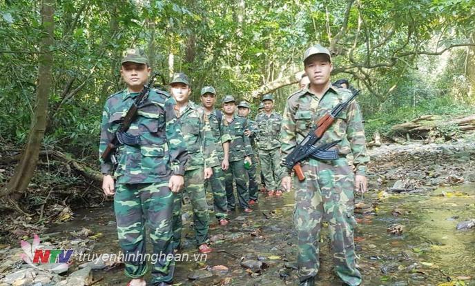 : Lực lượng tuần tra song phương thực hiện nhiệm vụ dưới tiết trời nắng nóng, gió Lào khô rát và địa hình, núi rừng hiểm trở.