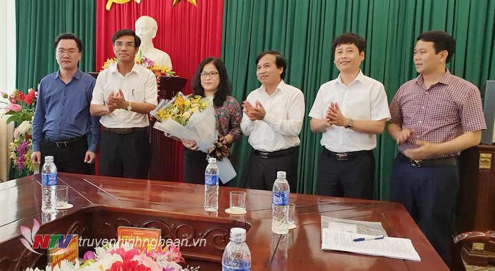 Lãnh đạo Đài PT-TH Nghệ An tặng hoa chúc mừng  tân Bí thư Thị ủy Cửa Lò Nguyễn Thị Kim Chi.