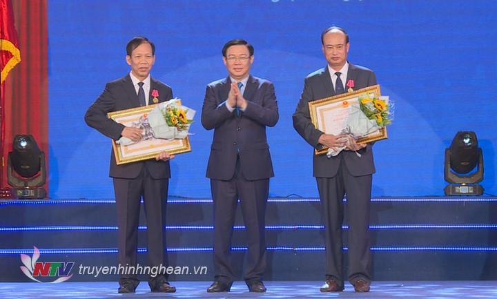 Phó Thủ tướng Vương Đình Huệ trao Bằng khen của