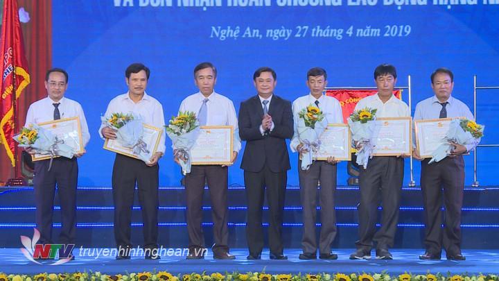 Chủ tịch UBND tỉnh Thái Thanh Quý trao Bằng khen cho cá tập thể, cá nhân có thành tích xuất sắc.