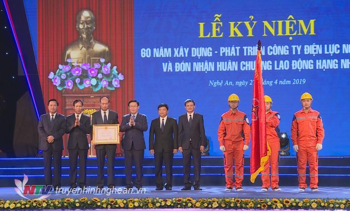 Phó Thủ tướng Vương Đình Huệ trao Huân chương lao động hạng Nhì cho Công ty Điện lực Nghệ An.