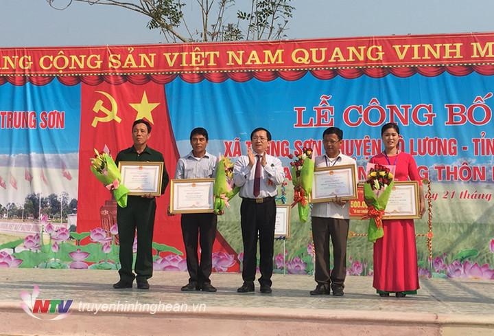 Phó Chủ tịch UBND tỉnh Đinh Viết Hồng trao Bằng khen cho các cá nhân, tập thể có thành tích xuất sắc trong phong trào xây dựng NTM.