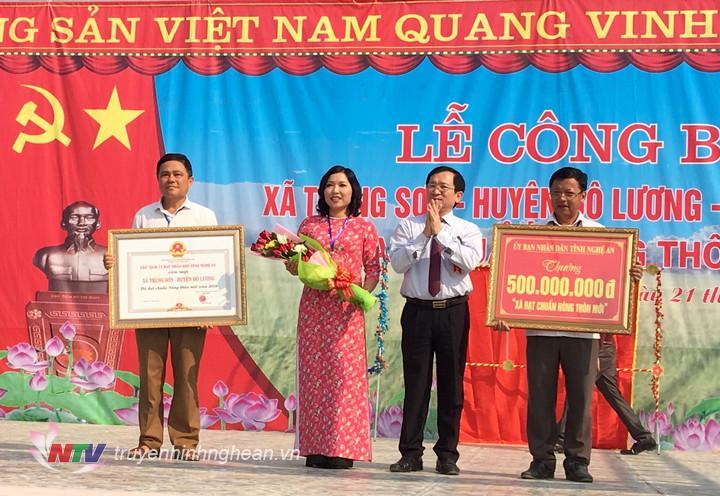 Phó Chủ tịch UBND tỉnh Đinh Viết Hồng trao Bằng khen và 500 triệu đồng cho xã Trung Sơn.