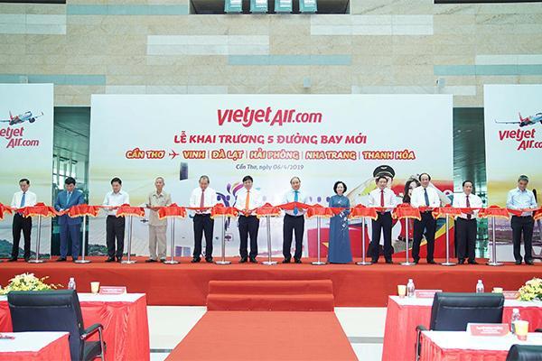 Thủ tướng Chính phủ Nguyễn Xuân Phúc và các lãnh đạo tham dự lễ khai trương 5 đường bay mới đến và đi từ Cần Thơ của Vietjet