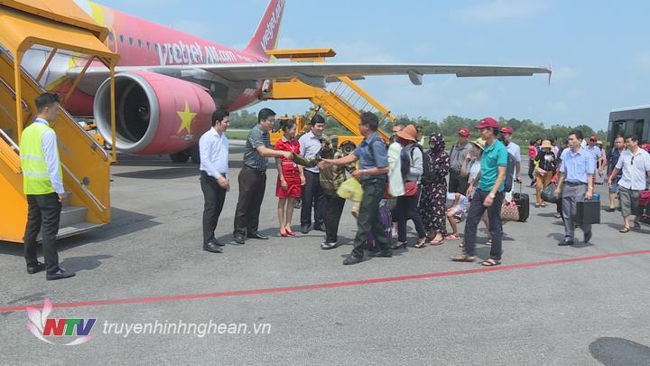 Đại diện lãnh đạo Sở Du lịch và Hãng hàng không Vietjet Air