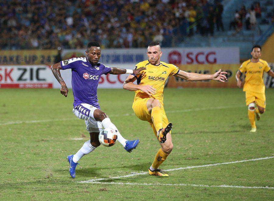 Hoàng Vũ Samson (áo xanh) ấn định tỷ số 4-0 cho trận đấu.