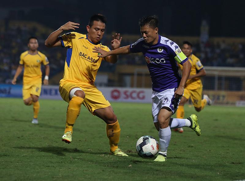 Hà Nội FC (áo xanh) chơi ép sân ngay từ đầu trận.