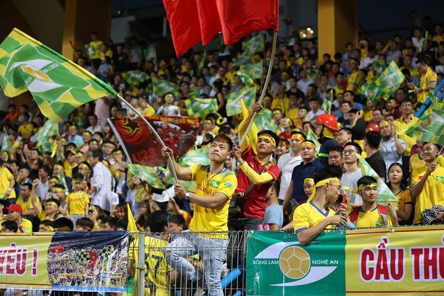 CĐV Sông Lam Nghệ An nhiệt tình tiếp lửa nhưng các cầu thủ đội nhà không vượt qua được đương kim vô địch Hà Nội FC.