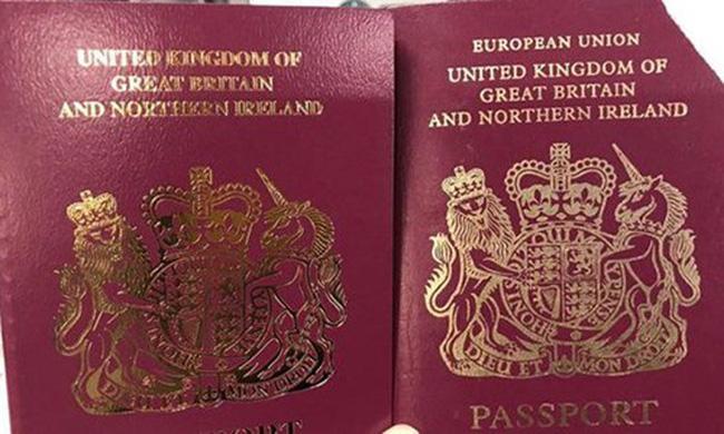 Hộ chiếu Anh cũ (phải) và hộ chiếu mới cấp sau ngày 30/3.