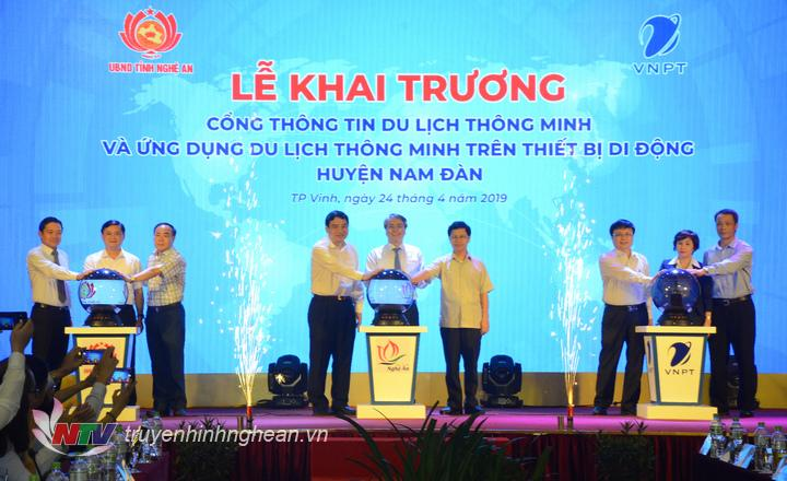 Các đại biểu thực hiện nghi lễ