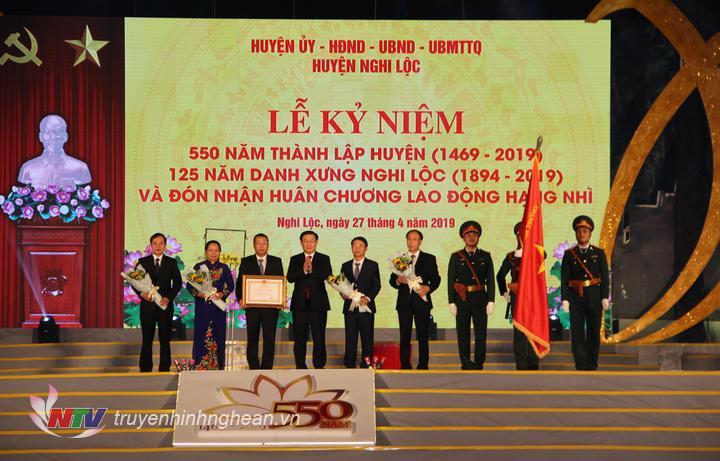 Phó Thủ tướng Vương Đình Huệ trao Huân chương Lao động hạng Nhì cho huyện Nghi Lộc.