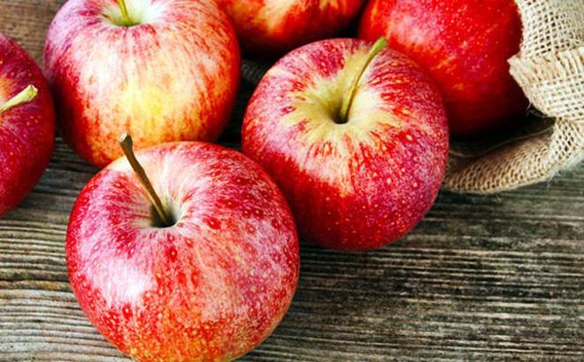 Táo hoặc giấm táo: Các pectin trong táo có thể giúp kích thích ruột. Hãy thử thêm một muỗng cà phê giấm táo với một cốc nước để có những lợi ích chống táo bón. Ăn quả táo còn bổ sung chất xơ chống táo bón.