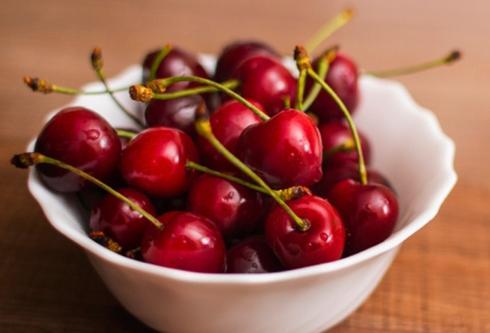 Cherry: Cherry ngừng chín ngay khi chúng được hái khỏi cây. Những quả ngon nhất là những quả mọng nước và vẫn còn cuống. Cherry có thể ăn được trong 2 tuần nếu bạn bỏ chúng vào hộp kín và để trong tủ lạnh.