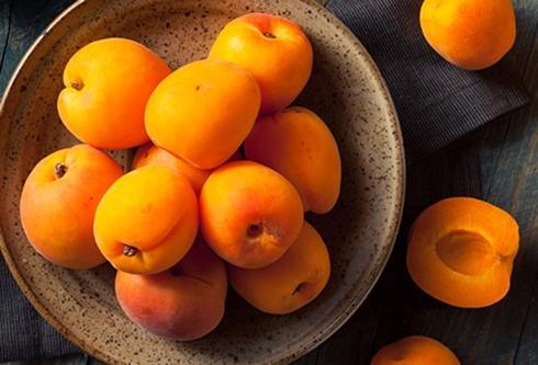Mơ: Hãy chọn những quả mọng và có màu cam vàng; tránh những quả vàng lợt hoặc vàng xanh, tránh những quả teo hoặc giập. Mơ ngon nhất khi giữ ở nhiệt độ phòng. Bạn có thể bỏ chúng vào tủ lạnh, nhưng chúng sẽ bị khô sau vài ngày.