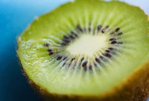Kiwi: Kiwi sẽ chín ngon nhất ở nhiệt độ phòng. Khi chín, kiwi sẽ rỉ nước nếu bạn bóp nhẹ. Sau khi chín, bạn có thể bảo quản kiwi trong tủ lạnh trong vòng 3 tuần.