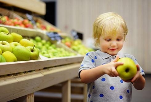 Táo: Táo thường đã chín khi bạn mua về. Hãy tránh những trái táo có những điểm xốp mềm và chỉ chọn những trái cứng cáp, vỏ mịn. Bạn có thể bỏ táo vào túi nhựa trong tủ lạnh và bảo quản được tới 6 tuần.
