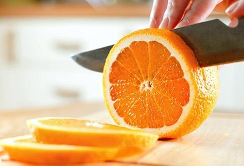 Cam: Những trái cam ngon nhất có vỏ mỏng, sáng bóng và có cảm giác hơi mềm khi bạn bóp. Cam và các trái cây họ cam có thể được bảo quản trong tủ lạnh tới 2 tuần.