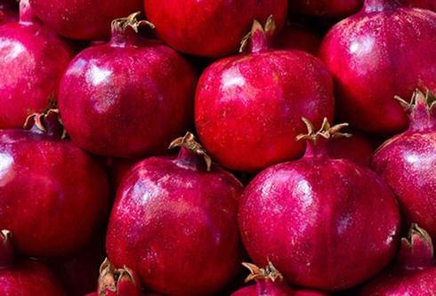 Lựu: Bạn hãy chọn quả lựu đã chín. Những quả ngon nhất là những quả to, vỏ sáng màu và không bị vỡ. Lựu có thể được giữ trong tủ lạnh tới 2 tháng.