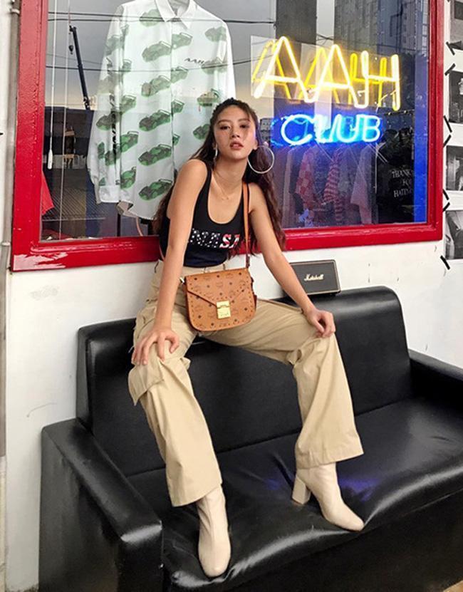 Ưu điểm của những chiếc quần ống rộng mang lại cho người mặc sự thoải mái, năng động, giúp phái nữ dễ dàng che lấp khuyết điểm phần đùi kém thon gọn. Món đồ này mang đến vẻ sành điệu khi kết hợp cùng tank-top, đi kèm boots cao cổ.
