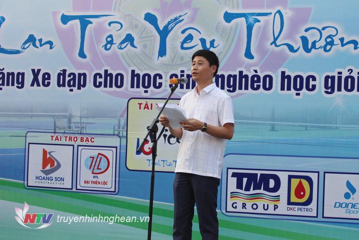   Ông Trần Minh Ngọc - Phó Giám đốc Đài PTTH Nghệ An, Phó Chủ tịch kiêm Tổng thư ký Liên đoàn quần vợt Nghệ An, Trưởng ban tổ chức giải phát biểu khai mạc.  