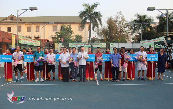 Các đại biểu tặng hoa cho các VĐV và tổ trọng tài tham gia giải đấu.