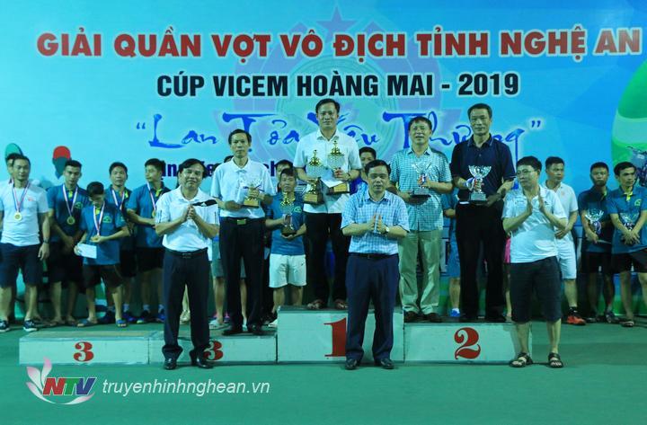 Trao Cup và huy chương cho các VĐV đạt giải nội dung Đôi nam lãnh đạo.