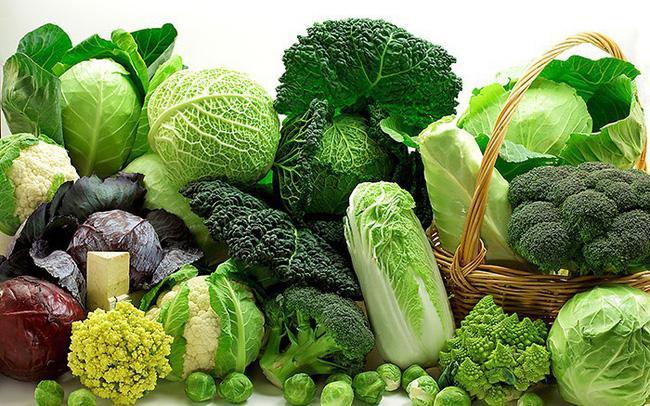 Rau lá xanh: Rau lá xanh như cải xoăn, rau cải bó xôi chứa collard và magiê, những khoáng chất này có thể giúp đỡ làm mềm phân một cách tự nhiên.