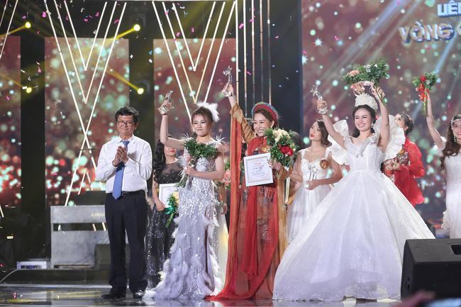 Ông Trần Bình Minh - Tổng Giám đốc Đài THVN trao 3 giải nhất cho 3 thí sinh Dương Hải Yến (dòng nhạc thính phòng), Quách Mai Thy (dòng nhạc dân gian) và Trương Thùy Dương (dòng nhạc nhẹ).