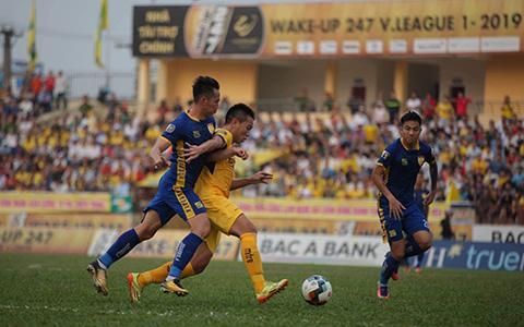 SLNA dù chơi 10 người từ sớm vẫn tạo ra được thế trận tốt trước Thanh Hoá