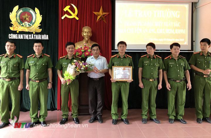 Đ/c Đinh Thế Vinh, Phó Chủ tịch UBND thị xã Thái Hòa tặng khen cán bộ chiến sĩ công an thị xã.