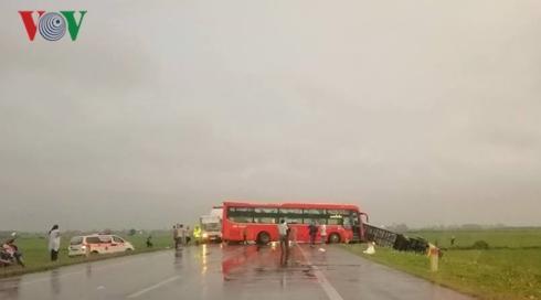Một vụ TNGT sáng 15/4 đoạn gần nút giao Cao Bồ (Nam Định) lối vào cao tốc Pháp Vân - Cầu Giẽ.