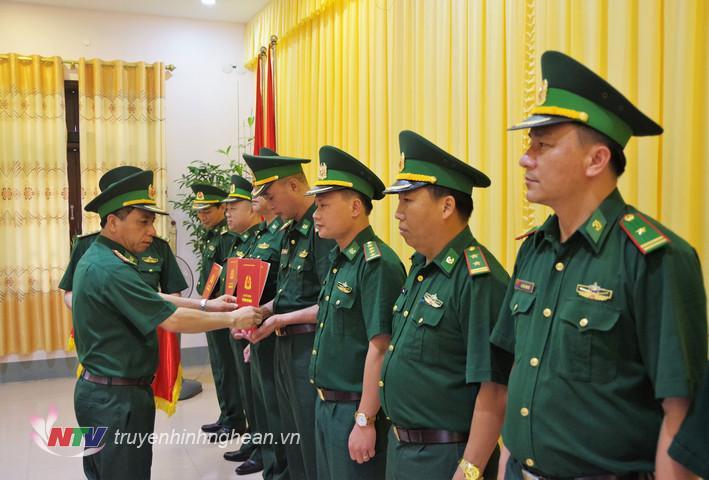 Đại tá Trần Hải Bình, Ủy viên Ban chấp hành Đảng bộ tỉnh, Chỉ huy trưởng BĐBP tỉnh trao quyết định cho các cán bộ được điều động, bổ nhiệm.