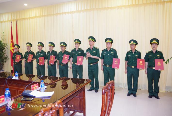 Đại tá Lê Như Cương, Bí thư Đảng ủy, Chính ủy BĐBP Nghệ An trao quyết định cho các cán bộ được điều động, bổ nhiệm cương vị mới