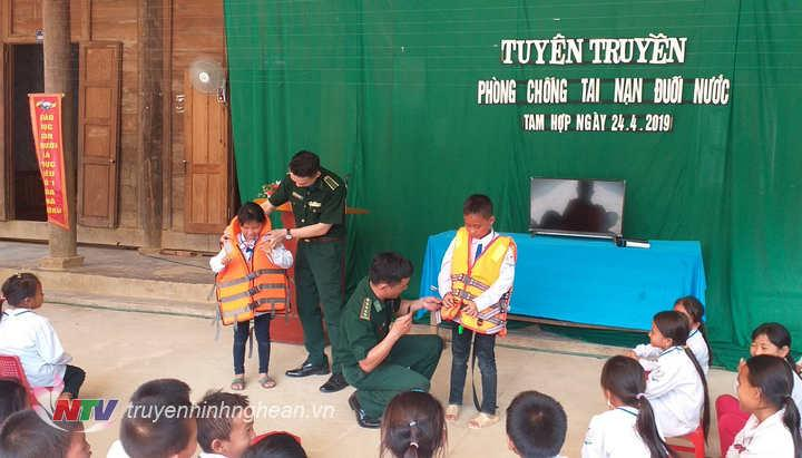 Hướng dẫn học sinh sử dụng áo phao cứu sinh