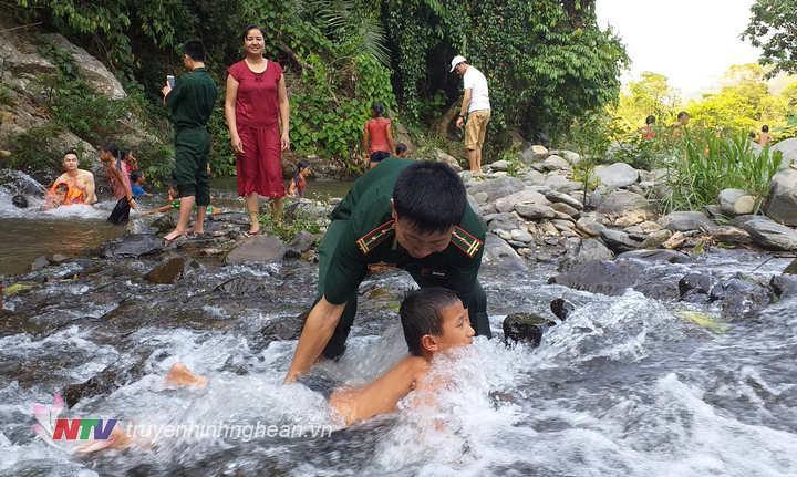 Hướng dẫn kỹ năng bơi cho các em học sinh.