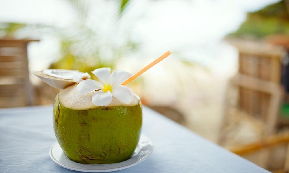 Nước dừa: Nếu nước lọc là quá nhạt nhẽo, hãy thử nhấm nháp nước dừa. Nó sẽ giúp làm sạch hệ thống tiêu hóa của bạn.