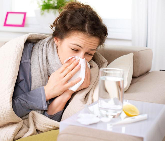 Làm suy yếu miễn dịch: Khi bạn uống nước lạnh ngay sau bữa ăn, nó có thể tạo ra chất nhầy dư thừa bên trong cơ thể. Điều này làm giảm chức năng của hệ thống miễn dịch, khiến bạn dễ bị bệnh hơn. Các vấn đề thường gặp do uống nước lạnh bao gồm sổ mũi, ho, cảm lạnh, đau họng...