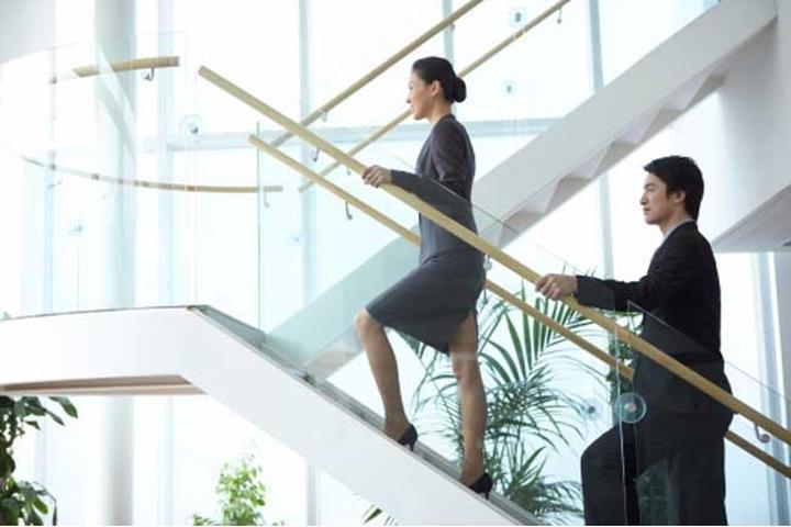 Đi thang bộ thay vì thang máy: Đây là một thói quen đơn giản nhưng rất hiệu quả mà bạn nên thực hiện. Đi thang bộ giúp bạn đốt cháy calo, đồng thời làm tăng nhịp tim một cách lành mạnh, từ đó cải thiện sức khỏe tim mạch.