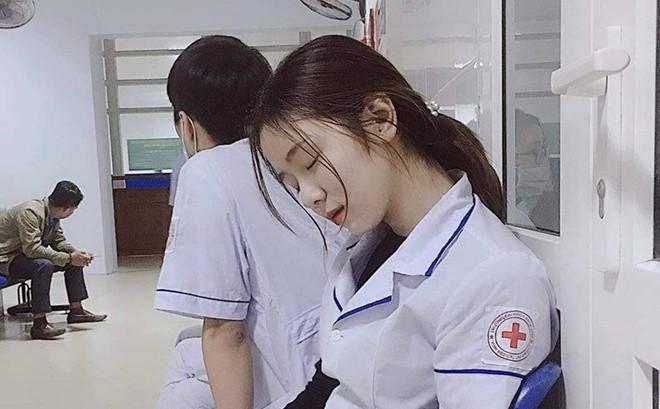 """Đào Linh Chi (sinh năm 1998) hiện là sinh viên Đại học Y khoa Vinh, bất ngờ nổi tiếng sau bức ảnh ngủ gật trong bệnh viện. Khoảnh khắc xinh đẹp của cô không chỉ gây chú ý trên các diễn đàn ở Việt Nam mà còn xuất hiện trên báo Hàn Quốc. 9X được ví von là """"nàng công chúa ngủ trong bệnh viện""""."""